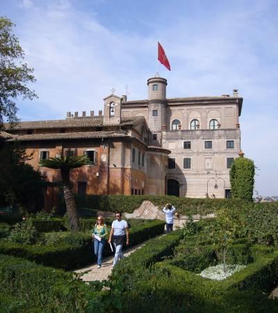 Roma, Villa del Priorato dei Cavalieri di Malta: vista dal giardino