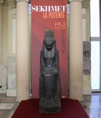 statua della dea Sekhmet - altezza 213 cm