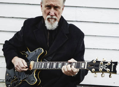 foto di John Scofield con la sua chitarra