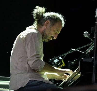 Stefano Bollani suonando al pianoforte